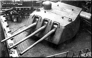 Merian kaliber 6 inchi, total ada 12 meriam dengan 4 turret