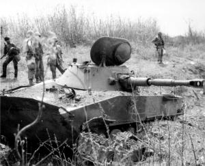 Sebuah PT-76 milik Vietnam Utara yang berhasil dihancurkan oleh militer AS
