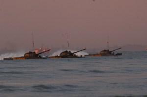 Manuver PT-76 saat melakukan pendaratan di pantai