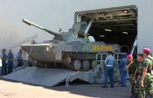PT-76 saat keluar dari pintu KRI Surabaya