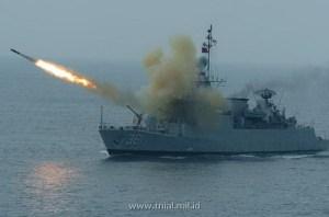 KRI Fatahilah saat melepaskan roket mortir anti kapal selam