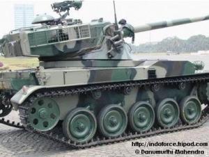 AMX-13 dilengkapi machine gun FN MAG 7,62 mm pada sisi kubah komandan