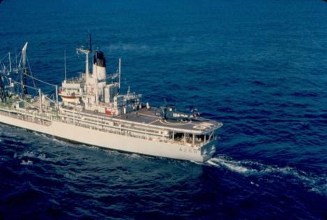 Sebuah Heli Sea King di atas deck Green Rover