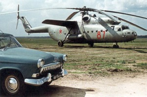 Perbandingan besar sebuah sedan dan heli Mi-6