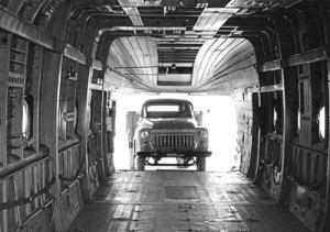 Ruang kargo Mi-6 dapat memuat truck sampai tank ringan