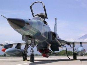 F-5E Tiger II TNI-AU dengan muatan bom dan rudal sidewinder di sayap