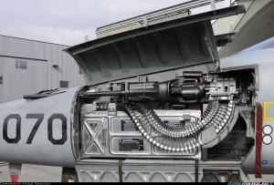 Senapan mesin kaliber 20 mm dengan penutup yang dibuka