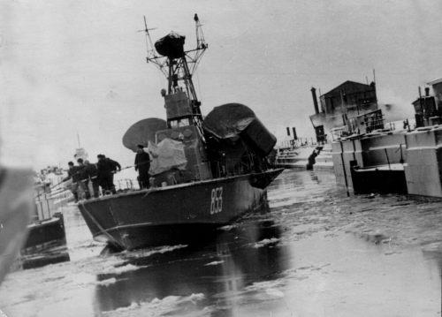 Kapal Cepat Komar tampak dari depan dengan dua tabung peluncur Sytx