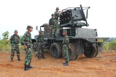 Persiapan uji tembak M-51 milik TNI AD, sudah menggunakan truk REO.