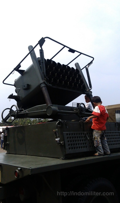 Roket M-51 130mm dengan platform truk REO dalam Pameran Alutsista TNI AD 2012
