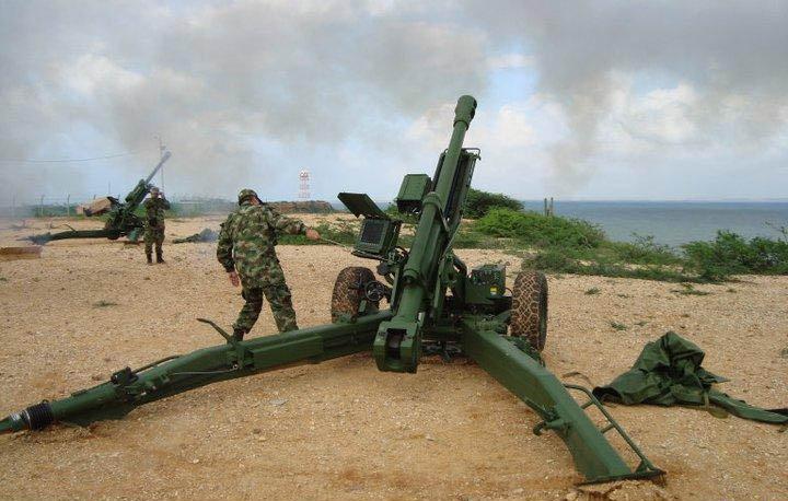 Inilah LG1 MK III, howitzer 105mm yang memikat TNI AD. Dibanding versi yang digunakan Korps Marinir TNI AL, MK III lebih maju, dimana telah digunakan sistem elektronis dalam pembidikan dan kontrol tembak. Komandan cukup memasukkan sasaran, dan sudut penembakkan, berikut tabel balistik ke layar LCD di sisi kiri meriam. Hasil tembak pun pastinya akan lebih akurat.