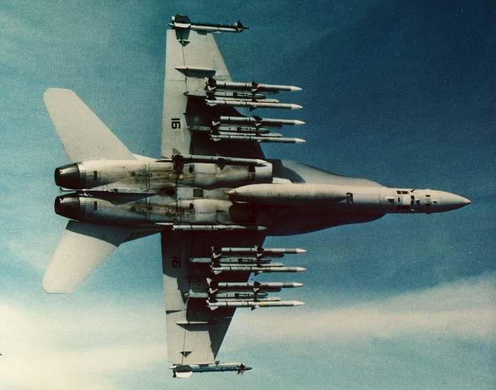 AIM-120 AMRAAM di F-18 Hornet