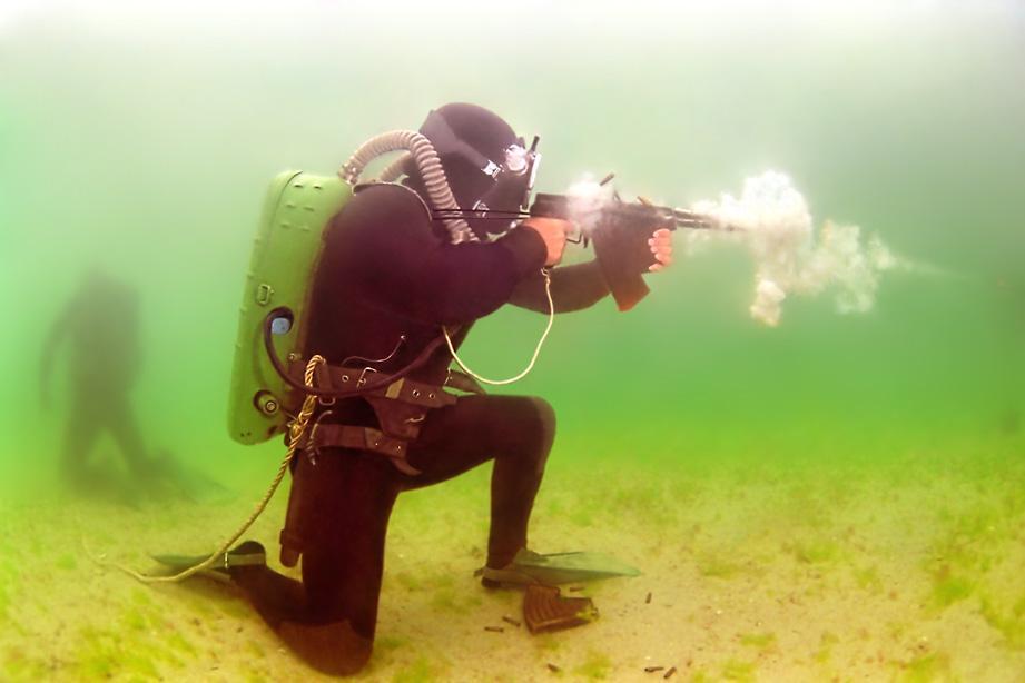 Pasukan katak beraksi menembakkan APS di dalam air