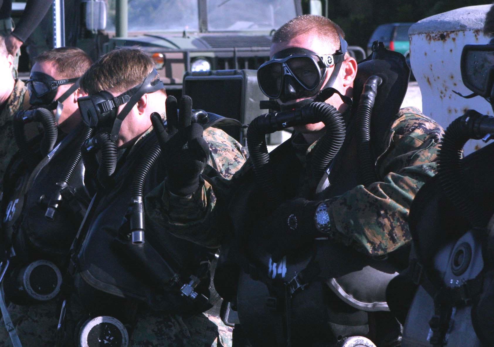Personel US Navy SEALS dengan alat selam close circuit
