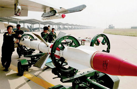 R-27 milik AU Cina dalam proses loading