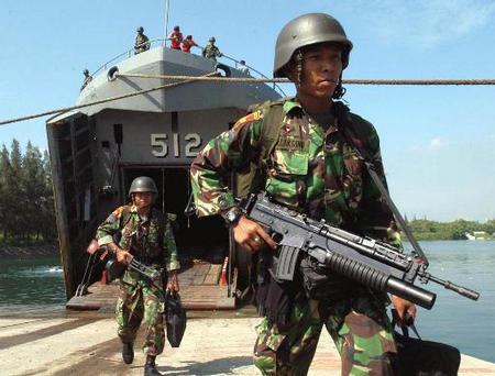 Personel Korps Marinir TNI AL menyandang SS-1 SPG-1