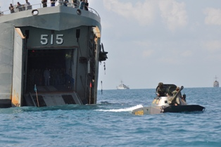 Embarkasi tank PT-76 dari KRI Teluk Sampit 515