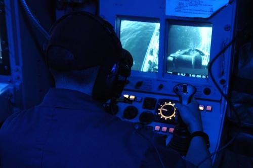 Operator pada pusat informasi tempur sedang melakukan kendali tembakkan.