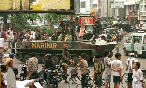 Tank PT-76 Korps Marinir TNI AL menjadi kekuatan deteren saat kerusuhan 1998 di Jakarta