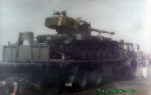 Tank AMX-13 dibawa truk Bedford MT saat defile HUT ABRI Ke-50