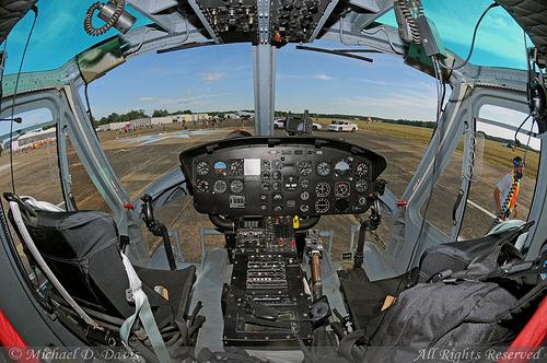 Tampilan bagian dalam kokpit Bell 205 A-1