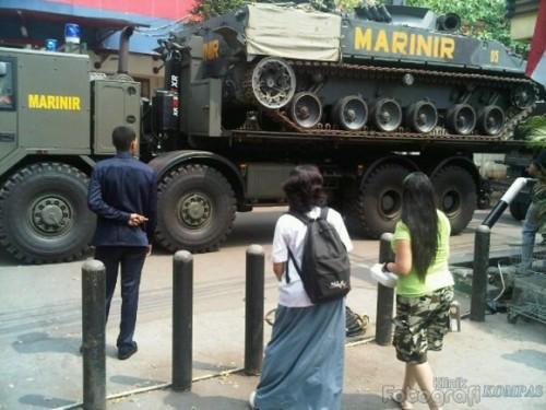 Tatra T815-7 sebagai tank transporter BMP-3F, tampak saat sedang keluar dari Ksatriaan Marinir Cilandak, Jakarta Selatan
