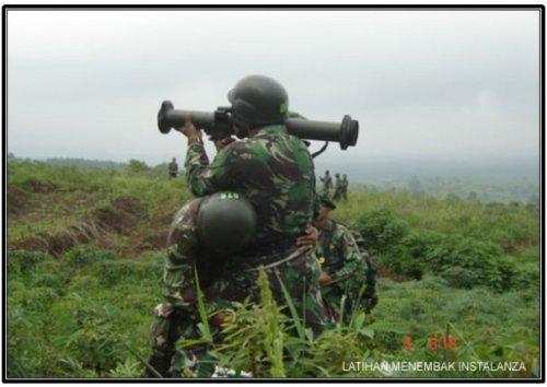 Personel TNI AD tengah berlatih menembakkan C90-CR