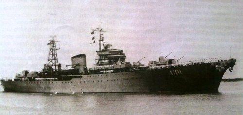 KRI Ratulangi. Kapal komando ini memiliki 4 pucuk kanon 100 mm dan kanon 8 pucuk kanon 57 mm