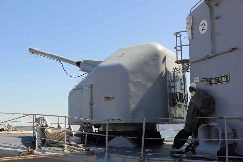 Kanon Creusot Loure 100 mm buatan GIAT, Perancis, dapat dioperasikan secara otomatis, memilki kecepatan tembak 78 peluru per menit.