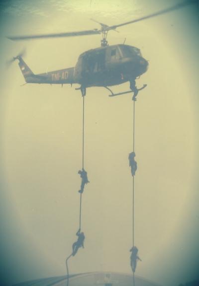 Personel Kopassus saat melakukan demo fast rope di HUT ABRI ke-50 tahun 1995