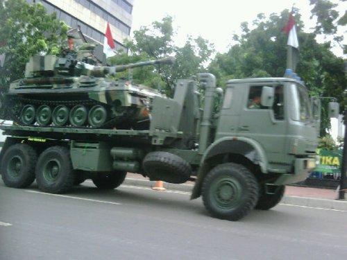 Bedford MT melaju dengan membawa tank Scorpion