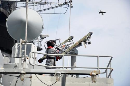 Personel TNI AL saat membidik target dengan rudal Mistral SHORAD dari atas frigat Van Speijk