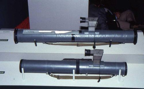 Tampak bawah adalah C90-C, sementara tampak atas adalah C90-CR, versi roket yang lebih baru dengan tambahan kekuatan pada motor roket, dimensinya pun lebih panjang.