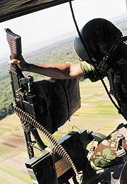 Bila US Army di Vietnam mengusung senapan mesin M-60 pada Heli Huey, maka Penerbad menggunakan FN MAC 7,62 mm