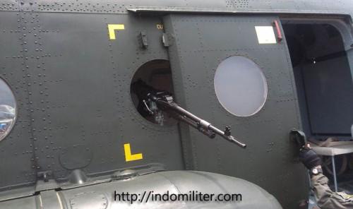 """FN MAC kaliber 7,62mm, terpasang seperti """"door gun"""""""