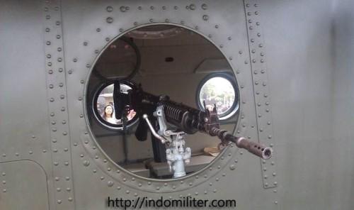 Senapan serbu SS-1 ditambahkan sebagai senjata bantuan tembakkan di jendela belakang.