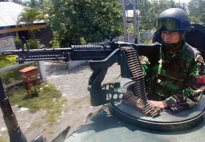 Awak panser V-150 mengoperasikan senjata M-60 kaliber 7,62 mm