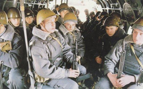 Beginilah formasi duduk personel saat melakukan mobilitas udara.