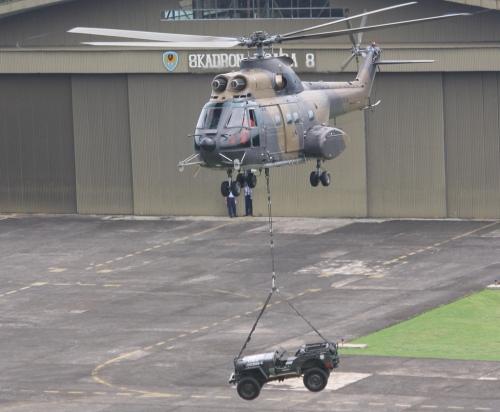"""Sebagai heli """"angkut berat"""" SA-330 dapat membawa muatan lewat sling."""