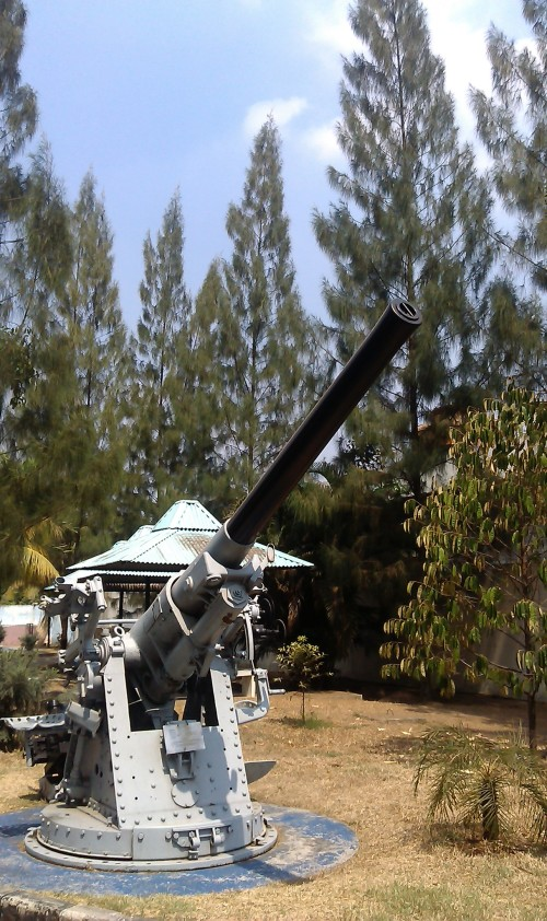 Meriam 4.7 inchi Vickers MK XIV  kaliber 120mm di Museum Satria Mandala