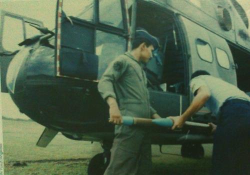 Upload roket FFAR pada peluncur di helikopter SA-330 Puma TNI AU