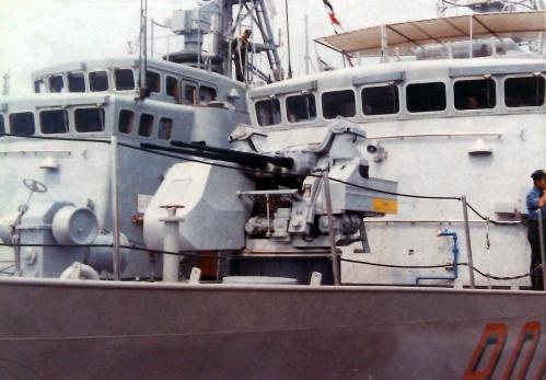 Oerlikon Twin cannon 30mm pada sisi haluan