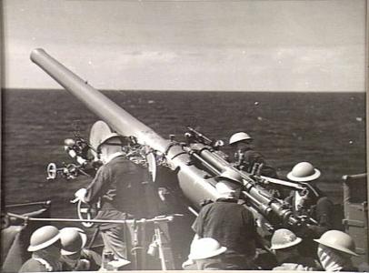 QF_4_inch_Mk_V_gun_HMAS_Sydney_1941_AWM_005707