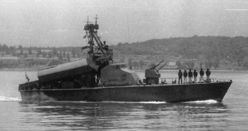 Kanon 2M3 25mm Twin pada haluan kapal cepat rudal kelas Komar