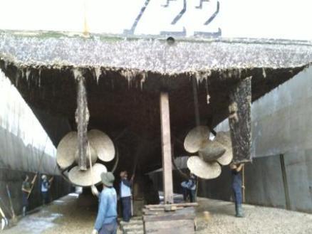 Docking perbaikan pada KRI Pulau Raas 722
