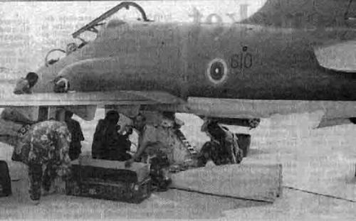 Proses reload amunisi pada pod ADEN 30mm di pesawat Hawk