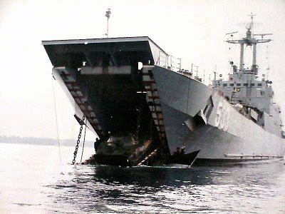 KRI Teluk Cendrawasih 533 saat membuka ramp untuk jalur keluar tank amfibi.