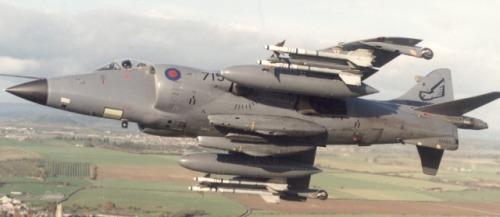 Jet Sea Harrier pun mengusung pod ADEN, nampak dua pod pada bawah body