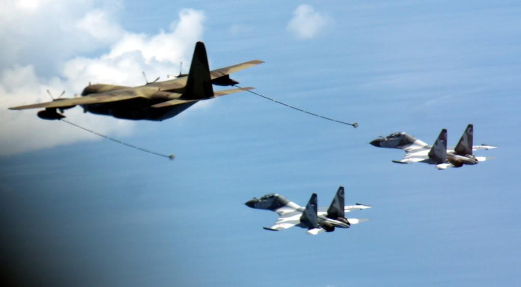 """Aksi KC-130B Hercules TNI AU saat akan """"menyusui"""" Sukhoi"""
