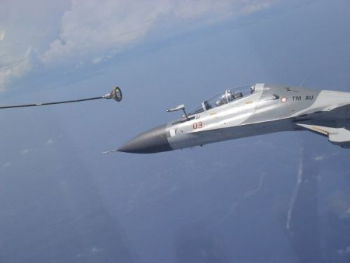 Sukhoi Su-30 TNI AU tengah menggapai drogue, berupa parasut kecil untuk proses air refuelling